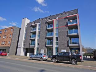 Recent appartement met garage op centrale ligging, bestaande uit:<br /> Inkom met ingemaakte vestiairekast, toilet, lichtrijke leefruimte met zonnig t