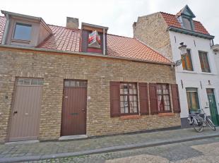 Deze instapklare woning is gelegen op een rustige locatie in het hart van Brugge.<br /> Op de gelijkvloerse verdieping van de woning is de inkom met g