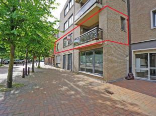 Dit instapklaar appartement is zeer verzorgd en beschikt over mooie woonvolumes in het commercieel centrum van Oostkamp.<br /> Het appartement bestaat