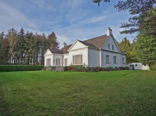 Verscholen in het dorpscentrum van Hertsberge vinden we deze impressionante villa terug. De eigendom, te bereiken via een private oprijlaan, omvat een