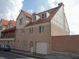 Dit schitterend appartement is gelegen op een rustige locatie in het commercieel centrum van Oostkamp en beschikt over mooie woonvolumes.<br /> Het ap