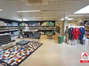 Recent vernieuwde handelsruimte gelegen in het centrum van het bruisende Oostkamp, in de onmiddellijke omgeving vindt u verschillende winkels & di
