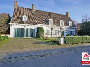 Deze ruime villa is gelegen in het centrum van Oostkamp, op wandelafstand van winkels & diensten, nabij openbaar vervoer & verbindingswegen. D