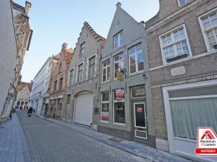 Deze charmante horecazaak is gelegen in het commercieel bruisend hart van Brugge, in een zijstraat van de Steenstraat ter hoogte van het Simon Stevinp