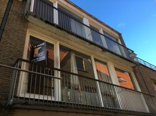 Deze lichtrijke woning is ideaal gelegen in de stad Brugge en bestaat uit twee slaapkamers.<br /> <br /> Op het gelijkvloers bevindt zich de inkomhal,