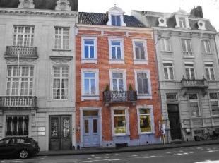 Meesterwoning met tuin op een centrale en uiterst gunstige locatie in Brugge. Ideale combinatie wonen/werken.Inkomhal opmarmer en gastentoilet.Drie do