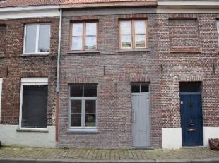Deze volledig vernieuwde woning is gelegen in het centrum van Brugge, vlakbij het Guido Gezellekwartier, de molens aan de Kruisvest en de ring.<br />