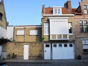 Deze volledig gerenoveerde woning is niet ver gelegen van het kanaal de Coupure. Zeer zonnig en rustige ligging.INDELING:Gelijkvloers: garage, wasplaa