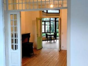 Ruime karaktervolle woning gelegen langs het kanaal van Gent naar Oostende.Gelijkvloers: Inkom met trap, salon, eetplaats, atelier, keuken, bijkeuken,