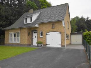 Deze alleenstaande woning is gelegen vlak bij het centrum van Varsenare, de groenste gemeente van Vlaanderen.In een rustige straat niet ver van het do