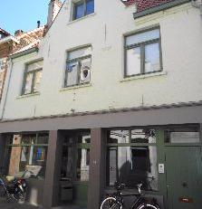 Schitterend gelegen duplex appartement in het centrum van het historische Brugge.Indeling:Private inkomdeur met trap.Ruime en lichtrijke woonkamer op
