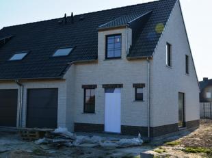 In de Korte Veldweg in het centrum van Egem, bouwt Danneels deze stijlvolle woning. Deze halfopen bebouwing wordt gerealiseerd op lot 4 (395m²),