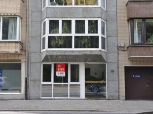 - Zeer ruim<br /> - Verzorgde keuken<br /> - Centrale ligging<br /> - Kelder 40m2<br /> Ruim handelsgelijkvloers vlak naast het Leopoldpark.<br /> Dez