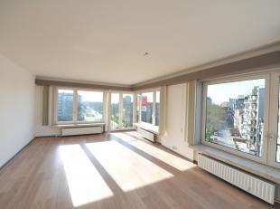 Uniek hoekappartement gelegen op het Prinses Stefanieplein te Oostende. In het appartement geniet u van 's morgens tot 's avonds van de zon. Van uit a
