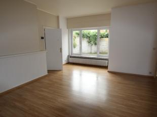 Sint-Andries, <br /> Gelijkvloers appartement met 3 slaapkamers , garage en tuintje.<br /> omvat : ruime gezellige living, recente ingerichte moderne