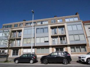 Brugge centrum, vlakbij 't Zand<br /> Ruim luchtig appartement met 2 slaapkamers en zonnebalkon in net gebouw !<br /> Omvat: inkomhall met vestiaire,