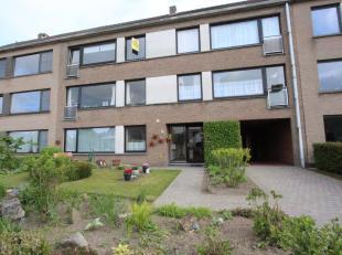 Sint-Kruis, zeer rustige ligging<br /> Uiterst verzorgd en LUCHTIG APPARTEMENT, 2 slpks, zonnebalkon + garagebox<br /> omvat: ruime inkomhall met toil