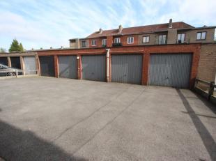 Sint-Kruis <br /> Nette garagebox , aan achterkant van verzorgd veilig gebouw.<br /> Te bereiken via doorrit gebouw, met metalen kantelpoort.  22.500