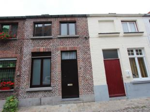 Brugge centrum, <br /> Gezellig instapklaar woonhuis met 2 slaapkamers en zonnige koer,<br />  Tot in de puntjes verzorgd en onderhouden !<br /> Omvat