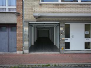 Deze uitzonderlijk grote garagebox ligt in de Steenstraat, op wandelafstand van de Zeedijk. De garage is makkelijk in te rijden gezien zijn ligging op