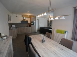 Ruim appartement gelegen in het centrum van Gistel met 1 slaapkamer en een zonnige koer/terras.  Dit appartement werd opgericht in 2017 en heeft een m