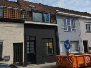 Deze lichtrijke woning werd volledig gerenoveerd en beschikt over 3 slaapkamers, een tuin achteraan met garagebox (te bereiken via een achterliggend s