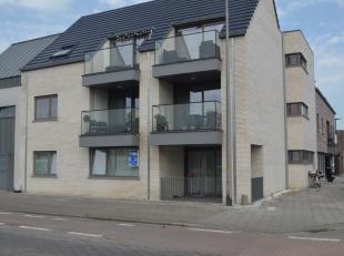 Ruim woonappartement op het gelijkvloers gelegen in het centrum van Waarschoot, doch uiterst rustig gelegen en vlakbij alle noodzakelijke voorzieninge