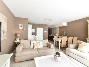 Het smaakvol ingericht appartement bestaat uit een inkom met ingemaakte vestiaire - ruime woonkamer uitgevend op terras vooraan - een zeer goed uitger