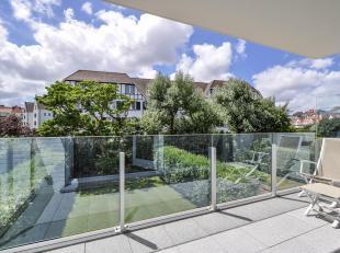 Schitterend, ruim, 4-slpk appartement (146m2+ 18m2 terrassen), gelegen in een mooie villaresidentie, tussen de Minigolf en de Royal Zoute Tennis Club.