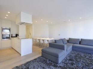 Volledig vernieuwd, zonnig appartement op het Albertplein met prachtig zeezicht...Samenstelling: Inkom met vestiaire en apart toilet. Zonnige woonkame