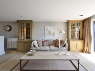 Klassevol zonnig appartement in het centrum van het Zoute, tussen het Albertplein en het Driehoeksplein.<br /> Samenstelling: Inkomhall met vestiaire
