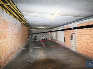 Gemakkelijk bereikbare autostaanplaats op niveau -1.<br /> Afmetingen staanplaats : 5 m diep - 2m20 breed - 2m35 hoogte - langsheen muur.<br /> Beschi