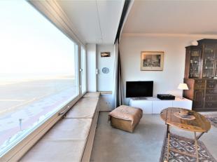 Zeer ruim appartement op de derde verdieping van de residentie Ambassade op de zeedijk aan het Albertstrand te Duinbergen. Vooraan een mooie en brede