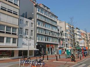 Ruim woonapp. gelegen op de Lippenslaan ter hoogte van de Dumortierlaan, op wandelafstand van de Zeedijk. Ruime garage in het gebouw te koop. INDELING