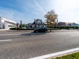 Polyvalente handelsruimte (450m²) zeer commercieel gelegen op een grond van 1260 m² gelegen aan de Natiënlaan, tussen het nieuw ziekenh