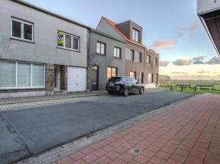 Rustig gelegen woning in het Oud Knokke grenzend aan de Polders. INDELING: glv.: Inkom, gezellige living, ruime keuken uitgevend op het terras en de t