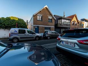 Aangename hoekwoning (3-gevel) rustig gelegen in het Oud Knokke. Aparte garage naast de woning. INDELING: Inkom. Living onderverdeeld in 2 ruimtes. Ke