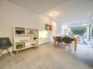 Totaal en zeer mooi vernieuwde woning met 5 slaapkamers en zonnig tuintje centraal gelegen in de Smedenstraat vlakbij de winkels van de Lippenslaan. I