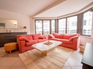 Zonnig en ruim appartement met twee slaapkamers en parking zeer goed gelegen vlakbij het Driehoeksplein en de Zeedijk. Indeling : Hall met vestaire en