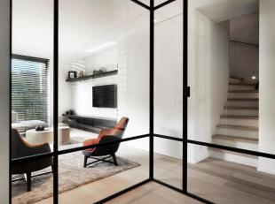 Zeer recente (°2015) en perfect onderhouden woning met moderne en hedendaagse architectuur gelegen in het centrum van Knokke. INDELING: Inkomhall