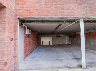 Makkelijke toegankelijk garagabox op het niveau -1.Gelegen op de Bayauxlaan vlakbij de Koningslaan. Ruime box ( 6m x 2m68 en 2m hoog).