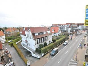 Mooi vernieuwd appartement in het Zoute met open zicht op de villas, op wandelafstand van het strand en de winkels. Indeling: inkom met vestiairekast