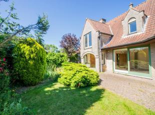 Rustig gelegen , alleenstaande villa met 5 slaapkamers in een gezellige buurt te Westkapelle.<br />  INDELING: Gelijkvloers:  ruime inkom met trappenh