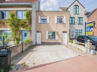 Woning met ruime, zongerichte tuin gelegen op een grond van 544 m² gelegen vlakbij het centrum van Knokke.<br /> INDELING: Inkomhall met gastento