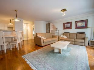 Zeer goed gelegen en zonnig appartement op de Lippenslaan op wandelafstand van de Zeedijk en de Dumortierlaan.<br /> INDELING: Inkomhall met afz. toil