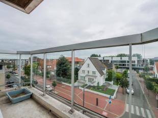 Zeer recent appartement  met 2 slpk. op korte wandelafstand van het station  en het commerciële centrum van Knokke. Indeling: Inkomhall met toile