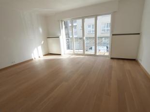 Met klasse gerenoveerd appartement met 1 slaapkamer. Indeling: inkom met afzonderlijk toilet. Ruime living in parket met terras. Volledig ingerichte k