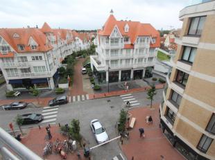 Aangenaam ingerichte studio gelegen in de Kustlaan met mooi en ruim uitzicht op de villa 's in het Zoute.<br /> Zuidgericht gelegen op de 5e verdiepin