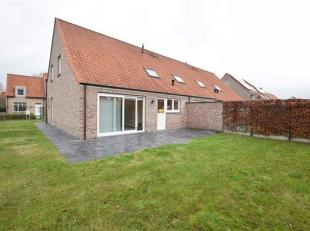 Zeer mooie halfopen bebouwing in rustige  buurt te Moerkerke. Deze woning omvat een inkomhal met apart toilet. Ruime woonkamer met toegang tot het ter