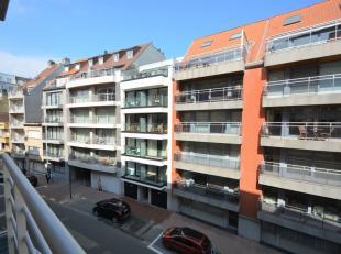 Recent appartement gelegen nabij het Rubensplein op wandelafstand van het strand. Indeling: inkom (veiligheidsdeur), vestiaire en gastentoilet met ber